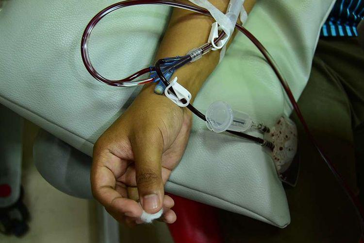 Penyintas Covid-19 mendonorkan plasma konvaselen di PMI Bandung, Jalan Aceh, Kota Bandung, Jawa Barat, Senin (5/7/2021). Permintaan plasma konvaselen di Kota Bandung cukup tinggi bahkan sempat mencapai angka 581 permintaan, akan tetapi jumlah permintaan itu tak sebanding dengan pendonornya.