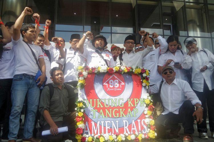 Puluhan aktivis reformasi 1998 yang tergabung dalam organisasi Rumah Gerakan 98 mendatangi gedung Komisi Pemberantasan Korupsi (KPK), Selasa (7/6/2017). Kedatangan para aktivis 98 tersebut bermaksud untuk memberikan dukungan kepada KPK agar berani mengusut dugaan keterlibatan Amien Rais.