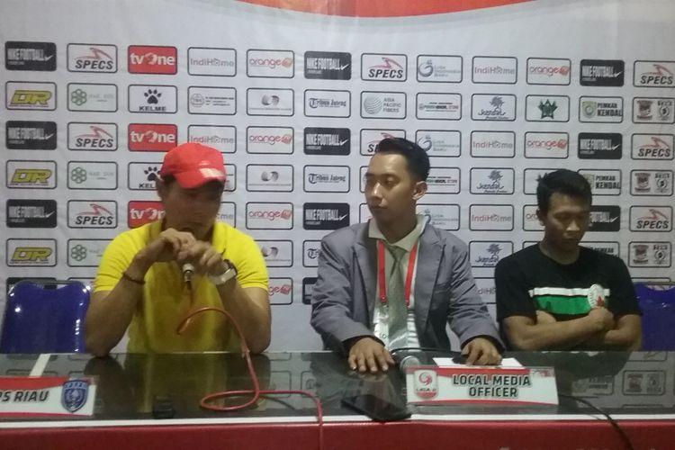 Pelatih Persik Kendal, Eduard Tjong, dalam jumpa pers seusai pertandingan.