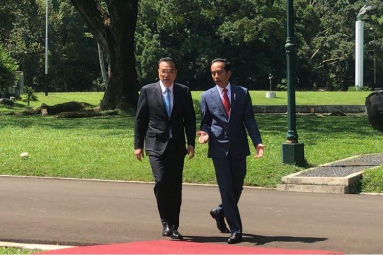 Presiden Joko Widodo dan Perdana Menteri Republik Rakyat Tiongkok Li Keqiang berjalan sambil berbincang di Kompleks Istana Presiden Bogor, Senin (7/5/2018).