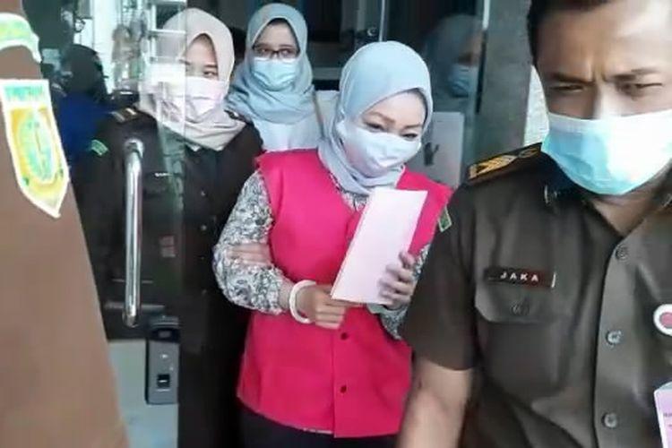 Kabid di BPPRD Lampung Selatan, YY (rompi merah) setelah menjalani pemeriksaan sebagai tersangka di Kejati Lampung, Selasa (5/1/2021). Pejabat Eselon III ini diduga menjadi otak penyelewengan pajak minerba senilai Rp2 miliar.