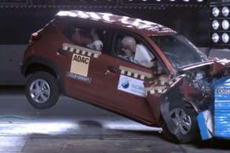 Test crash Renault Kwid dengan satu airbag.