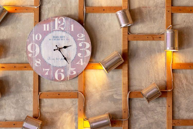 Ilustrasi jam dinding sebagai dekorasi rumah.