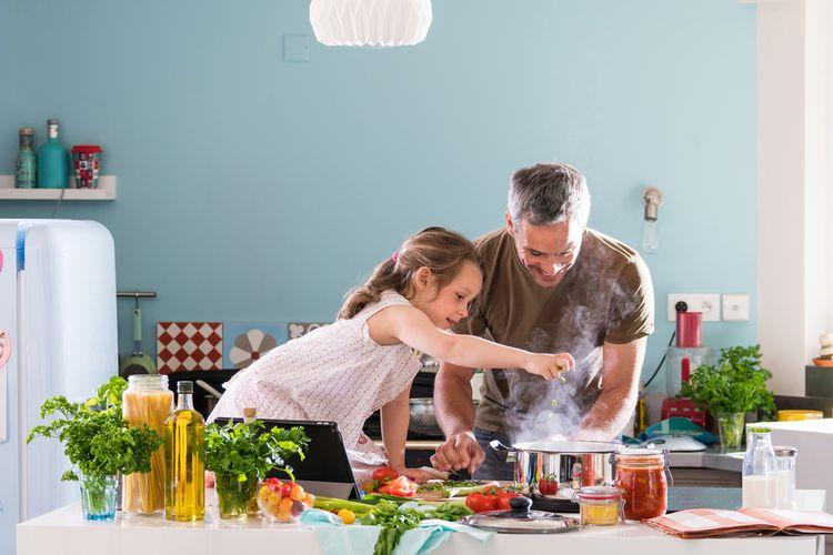 Ilustrasi masak bareng anak di rumah.