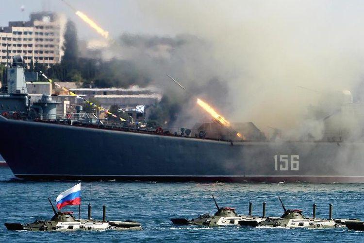 Sebuah kapal perang Rusia menembakkan roket-roketnya.
