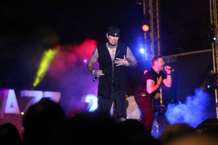 Salah satu personel Boyzone, Shane Lynch, tampil eksentrik di Prambanan Jazz Festival 2018, Minggu (19/8/2018).