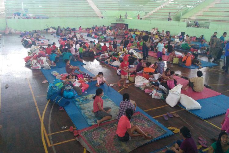 Suasana di pos pengungsi di GOR Swecapura, Klungkung, Bali.