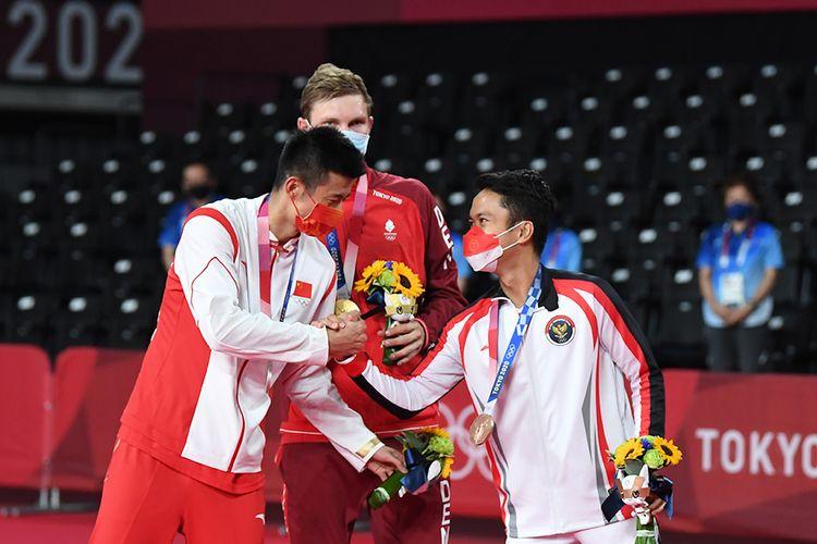 Pebulu tangkis tunggal putra Denmark peraih medali emas Viktor Axelsen (tengah), tunggal putra China peraih perak Chen Long (kiri) dan tunggal putra Indonesia peraih perunggu Anthony Sinisuka Ginting berbincang saat pengalungan medali bulutangkis Olimpiade Tokyo 2020 di Musashino Forest Sport Plaza, Tokyo, Jepang, Senin (2/8/2021). Anthony berhasil meraih medali perunggu setelah menang dari tunggal Guatemala Kevin Cordon dengan skor 21-11, 21-13.