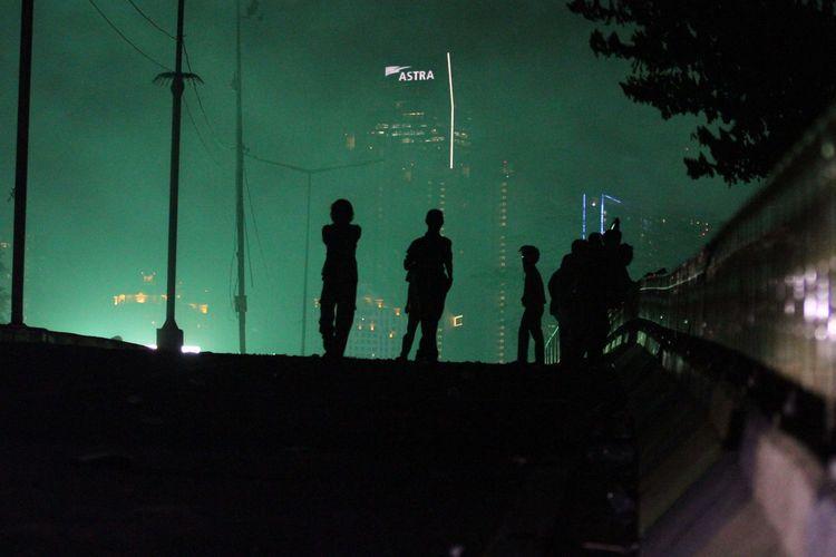 Mahasiswa yang melakukan Aksi Tolak RUKHP di Depan Gedung DPR/MPR bertahan hingga larut malam di Simpang Susun Semanggi, Senayan, Jakarta Pusat, Selasa (24/9/2019).