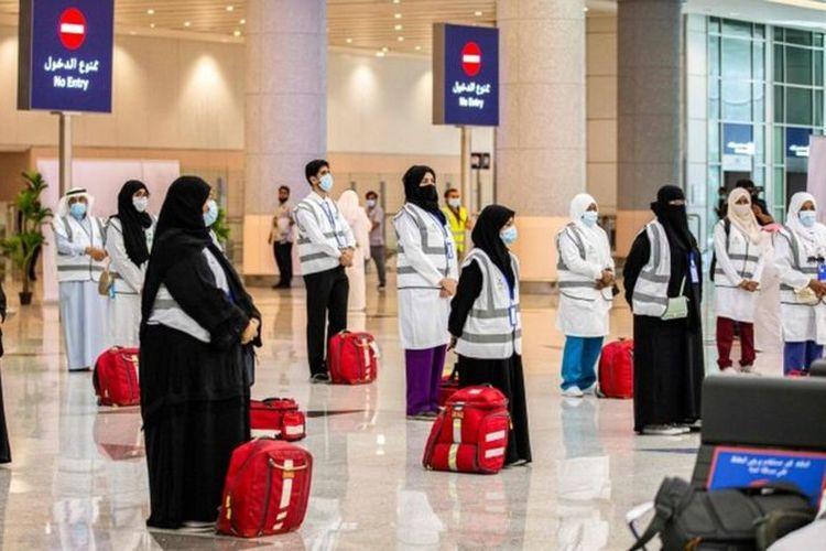 Para anggota tim medis dari Kementerian Kesehatan Arab Saudi menunggu rombongan pertama calon jemaah haji di Bandara Internasional King Abdulaziz, Jeddah, pada 25 Juli 2020.