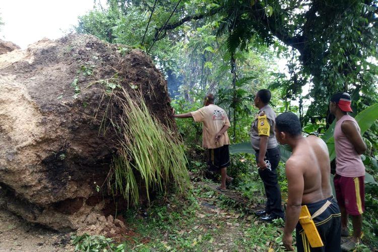 Dua buah bongkahan batu besar terguling bersama material longsor di Dusun Hanie, Desa Tial., Kecamatan Salahutu, Kabupaten Maluku Tengah, Jumat sore (11/10/2019)