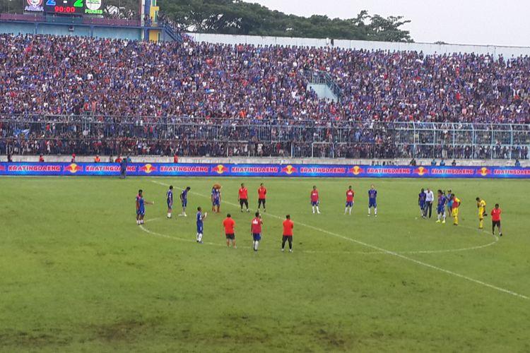 Para pemain Arema FC usai ditahan imbang Persib Bandung 2-2 di Stadion Kanjuruhan, Kabupaten Malang, Jumat (22/2/2019)