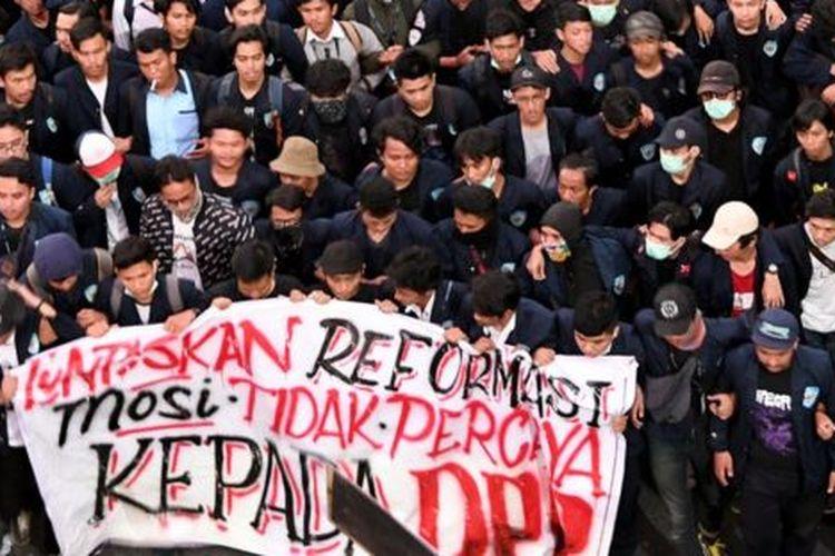 Mahasiswa dari sejumlah elemen mahasiswa se-Jabodetabek berunjuk rasa di depan kompleks Parlemen, Senayan, Jakarta, Senin (23/9).
