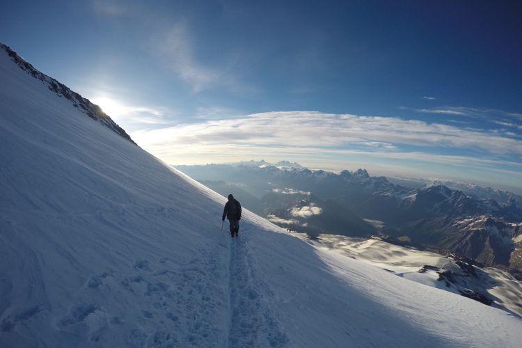 Tim BRI-BRAWIJAYA ELBRUS EXPEDITION IMPALA UB melewati punggungan puncak timur, kemudian dilanjutkan menuju puncak barat Elbrus dengan cuaca masih terang, 16 Agustus 2017.