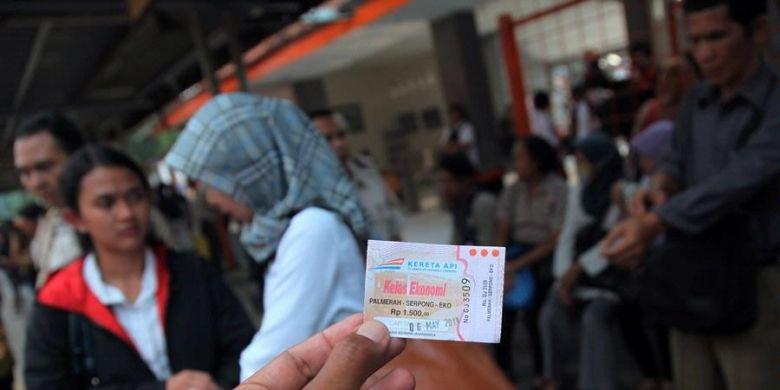 Tiket perjalanan KRL Ekonomi Palmerah-Serpong di hari terakhir beroperasi, Senin (6/52013). Mulai hari ini, Selasa (7/5/2013), Seluruh perjalanan KRL Ekonomi di lintas Tanah abang-Serpong dihapus dan digantikan rangkaian Commuter Line.