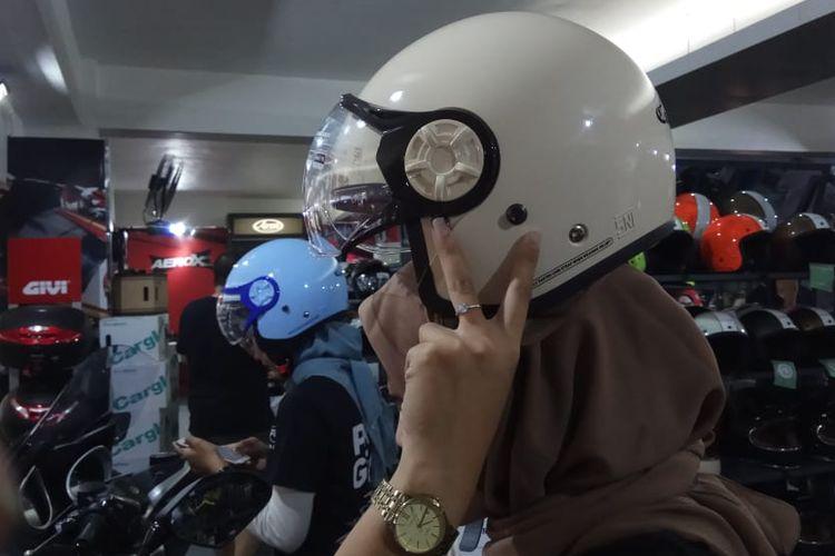 Helm khusus wanita pengguna hijab