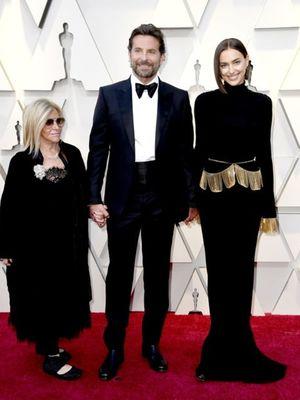Aktor Bradley Cooper (tengah) ketika menghadiri malam penganugerahan Oscar 2019 bersama kekasihnya Irina Shayk dan ibunya.