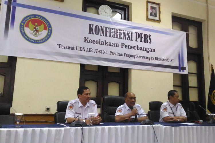 (Kiri-kanan) Onisuryo Wibowo (Investigator kecelakaan moda penerbangan KNKT), Soerjanto (Ketua KNKT), dan Nurcahyo Utomo (Kepala Sub Komite Kecelakaan Penerbangan KNKT) mengadakan konferensi pers di gedung KNKT, Jakarta, Senin (5/11/2018). Saat itu, KNKT menyampaikan info terkini terkait kecelakaan pesawa Lion Air JT 610.