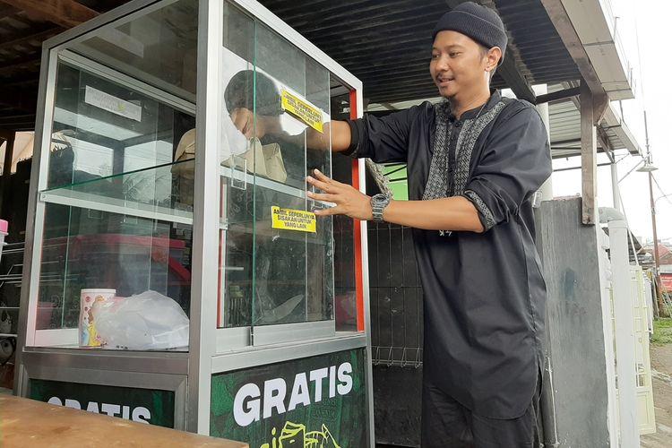 Adit Dibyandaru saat menata Nasi Estafet di etalase di Jalan Kaliurang, Km, 6,7 Gang Kalimantan G 30, Sinduadi, Kecamatan Mlati, Kabupaten Sleman, Jumat (7/12/2019).