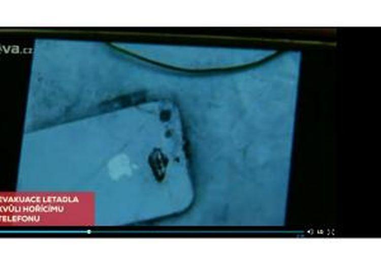 Kondisi iPhone 5 yang terbakar di pesawat.