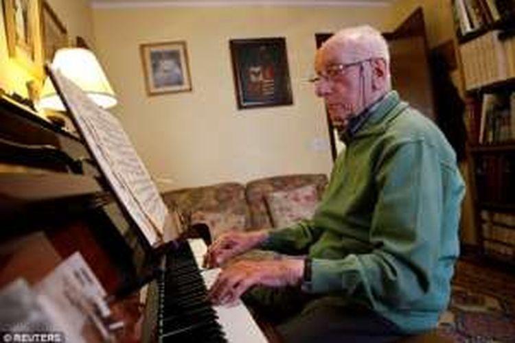 Lansia asal Spanyol, Pedro Rodriguez bermain piano di usianya yang sudah 106 tahun.