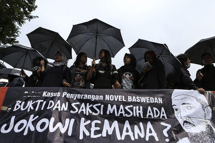 Aktivis Jaringan Solidaritas Korban untuk Keadilan menggelar aksi Kamisan ke-581 di depan Istana Merdeka, Jakarta, Kamis (11/4). Mereka menuntut presiden untuk membentuk Tim Gabungan Pencari Fakta (TGPF) yang independen untuk mengungkap kasus penyiraman air keras yang menimpa penyidik senior Komisi Pemberantasan Korupsi (KPK) Novel Baswedan.