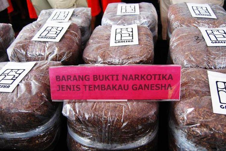 Kepolisian Resor Bogor mengamankan tembakau sintetis merk Ganesha seberat 22 kilogram, di Mapolres Bogor, Rabu (8/2/2017). Ganesha termasuk ke dalam golongan narkotika golongan I  setelah diterbitkannya Peraturan Menteri Kesehatan Nomor 2 Tahun 2017