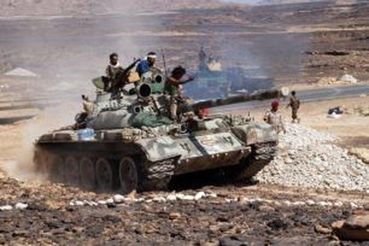 Prajurit Yaman menggunakan tank dalam operasi memberantas Al-Qaeda di wilayah selatan negeri itu.