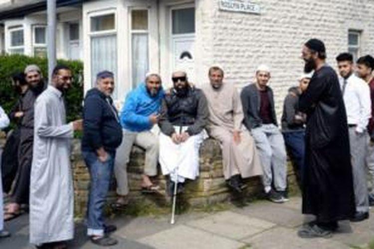 Sejumlah pria berkumpul di dekat Masjid Noorul Islam di Bradford, Inggris tengah.