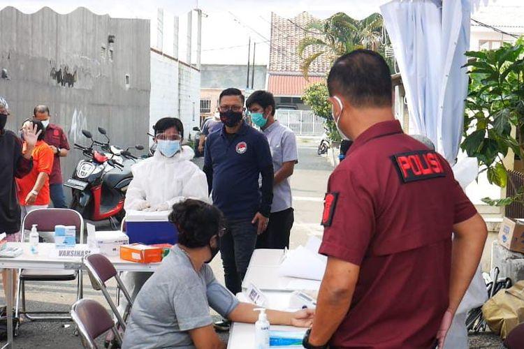 Suasana vaksinasi Covid-19 di Kompleks Permata atau yang juga dikenal dengan sebutan Kampung Ambon, Cengkareng, Jakarta Barat, pada Senin (5/7/2021).