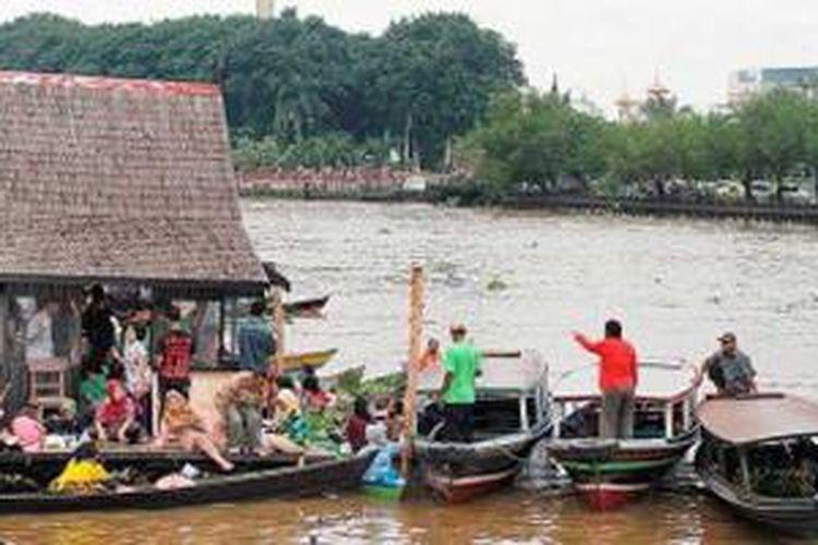 Sejumlah warga menikmati suasana pagi sembari menyantap menu khas Banjar di warung yang memanfaatkan bangunan rumah lanting di tepi Sungai Martapura, Kota Banjarmasin, Kalimantan Selatan, beberapa waktu lalu.