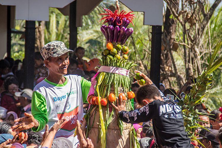 Anak-anak hingga Dewasa Berebut Gunungan Ketupat pada acara Kirab Gunungan Ketupat di Klaten, Rabu (12/06/2019).