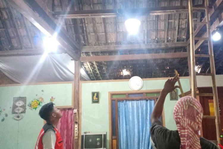 Petugas SAR Poldes cabang Sidoharjo mengevakuasi ular piton sepanjang satu meter di atap rumah warga Sragen, Jawa Tengah, Rabu (15/1/2020).