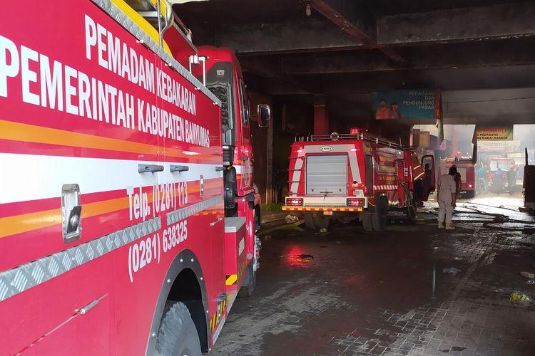 Sejumlah mobil damkar dikerahkan untuk memadamkan kebakaran di Pasar Wage Purwokerto, Kabupaten Banyumas, Jawa Tengah, Senin (21/9/2020).