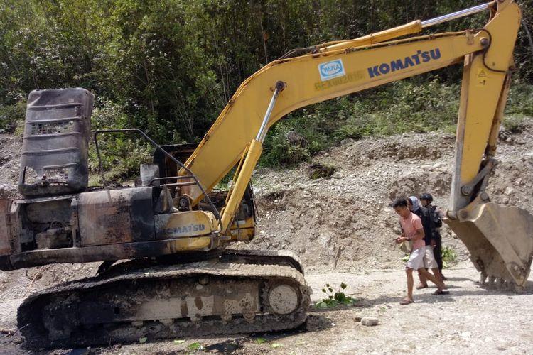 Alat berat milik PT Wijaya Karya yang dibakar kelompok kriminal bersenjata (KKB) di Pegunungan Bintang, Papua.