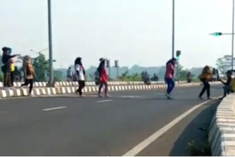 Emak-emak joget TikTok di Tol Sentono, Pekalongan, Jawa Tengah.