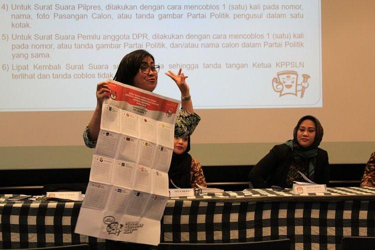 Staf KBRI Bern sedang melakukan sosialisasi pemilu kepada warga Indonesia yang tinggal di Swiss dan Liechtenstein.