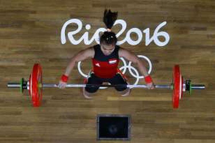 Lifter Indonesia Sri Wahyuni Agustiani saat berkompetisi di cabang angkat berat kelas 48 kg Olimpiade 2016 di Rio de Janeiro, Brasil, Sabtu (6/8/2016).