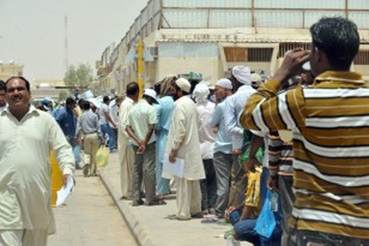 Antrean para pekerja asing ilegal mengular di luar kantor imigrasi Arab Saudi di distrik Al-Khazan, Riyadh. Pemerintah Saudi memperpanjang tenggat waktu bagi para pekerja asing hingga 3 November mendatang untuk melengkapi surat-surat mereka.