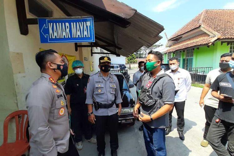 Kepala Polresta Tasikmalaya AKBP Doni Hermawan, mengecek langsung tahanan tersangka penipuan yang tewas di sel tahanan Polsek Indihiang di Kamar Mayat RSUD Soekardjo Kota Tasikmalaya, Selasa (18/5/2021) sore.