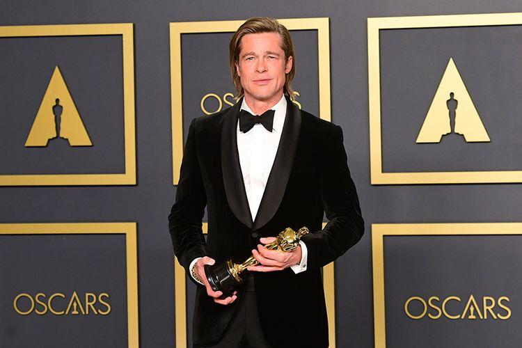 Aktor Brad Pitt berpose dengan pialanya usai memenangkan penghargaan Best Actor in a Supporting Role atas film Once upon a Time...in Hollywood pada Academy Awards ke-92 atau Oscar 2020, di Dolby Theatre, Hollywood, California, Minggu (9/2/2020). Tahun ini, film Parasite berhasil memborong empat piala pada ajang bergengsi yang memberikan penghargaan bagi insan film dengan pencapaian tertinggi itu.
