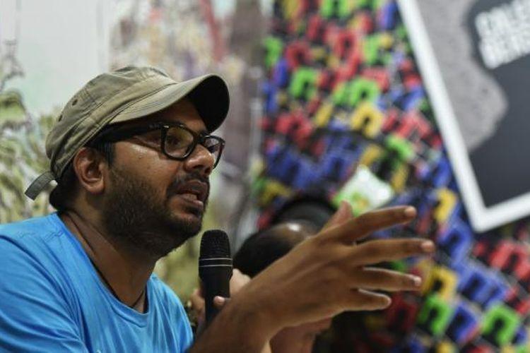 Koordinator Kontras Haris Azhar menyampaikan pernyataan terkait konflik tentara dengan polisi di Jakarta, Senin (24/11). Mereka antara lain menyatakan bahwa penegakan hukum harus dikedepankan untuk penyelesaian konflik tersebut.