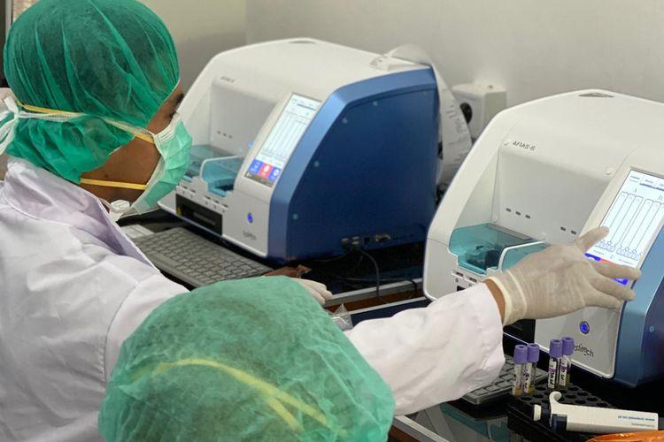 Dua alat immunofluoroassay untuk tes Covid-19 yang diberi dari Korea Selatan, Senin (4/5/2020).
