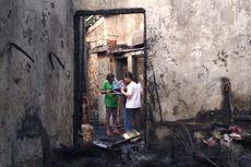 Korban Kebakaran Pondok Bambu Memulung Puing yang Masih Bisa Dipakai