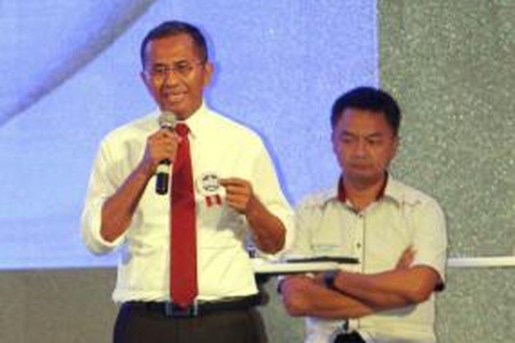 Peserta Konvensi Calon Presiden Partai Demokrat, Dahlan Iskan (kiri), memaparkan visi misinya pada debat terakhir di Jakarta Pusat, Minggu (27/4/2014). Meskipun perolehan suara Partai Demokrat tidak cukup untuk mencalonkan presiden, debat konvensi yang diikuti oleh 11 orang kandidat ini tetap dilakukan.