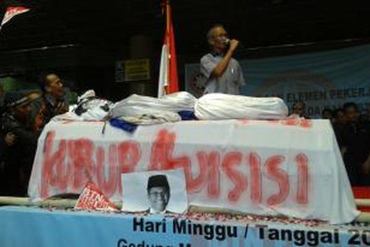 Keranda yang diusung para karyawan Bank Tabungan Negara (BTN) dalam aksi unjuk rasa di Kantor Pusat BTN, di Jalan Gajah Mada, Jakarta, Minggu (20/4/2014) pagi. Para karyawan mengusung keranda sebagai simbol penolakan terhadap rencana akuisisi yang akan dilakukan Bank Mandiri terhadap bank tersebut