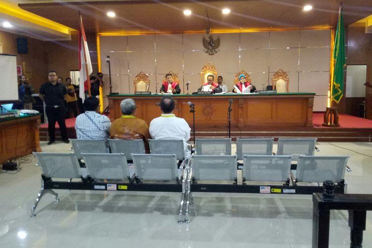 Mantan Direktur Jendral Otonomi Daerah (Dirjen Otda) Sumarsono, bersama Mantan Gubernur Jabar Ahmad Heryawan dan Wakik Gubernur Jabar Deddy Mizwar hadis sebagai saksi di sidang suap proyek perizinan pembangunan Meikarta.