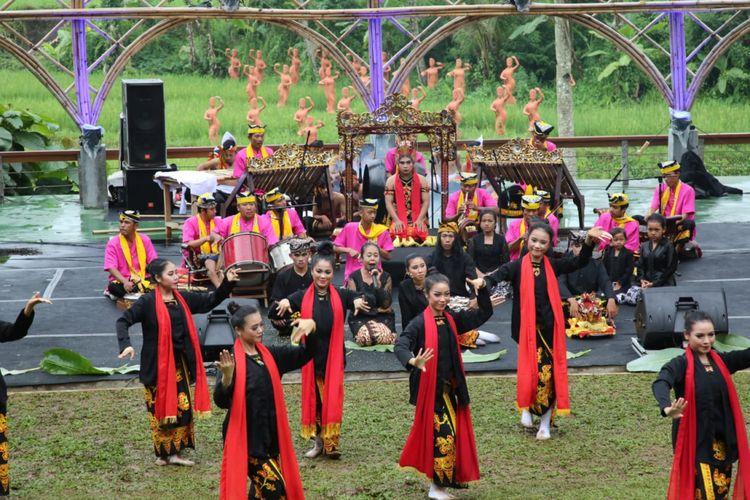 Sendratari Meras Gandrung melibatkan seniman Banyuwangi untuk tampil di Taman Gandrung Terakota Banyuwangi