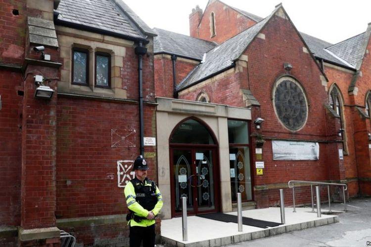 Seorang polisi berjaga di luar masjid Didsbury di Manchester, Inggris, 24 Mei 2017. Masjid ini pernah didatangi sejumlah orang terkait dengan ISIS, termasuk Salman Abedi, penyerang bom bunuh diri di Manchester Arena, yang menewaskan 22 orang.