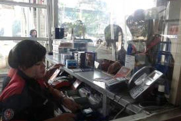 Warga membeli kartu uang elektronik di halte Transjakarta Manggarai karena koridor 4 dan 6 hari ini resmi menggunakan sistem e-ticketing, Sabtu,(21/2/2015).